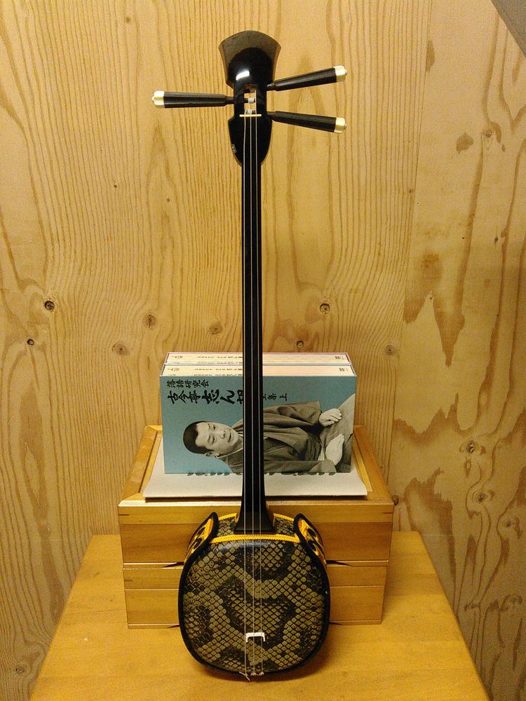 広島県の不用品整理.出張買取は実績多数のアサヒデザイン広島 広島市東区にて、雑貨.コレクション.楽器.煎茶道具.茶棚.贈答品などを出張買取り致しました。