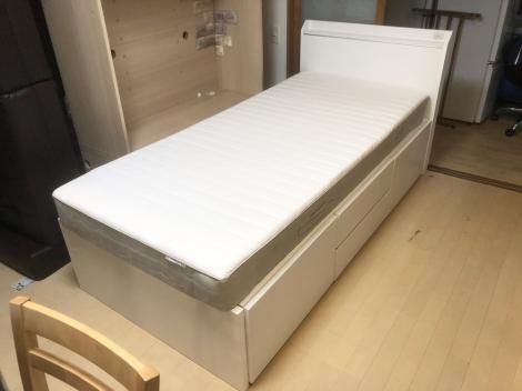 リサイクル & アウトレット はっぴー 【新品同様】現行モデル♪ ニトリ×イケア シングルベッド 引き出し収納付き 鏡面仕上げホワイト♪